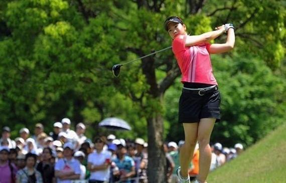 ゴルフのアプローチでは球筋イメージが命!『写真で解説』ピッチ&ランとロブのスイングの違い【UGMゴルフスクール】