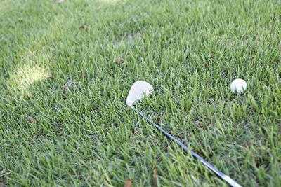 夏ゴルフはラフ対策がスコアアップの鍵!普段からできるラフの練習方法!【UGMゴルフスクールコスパ豊中少路店】