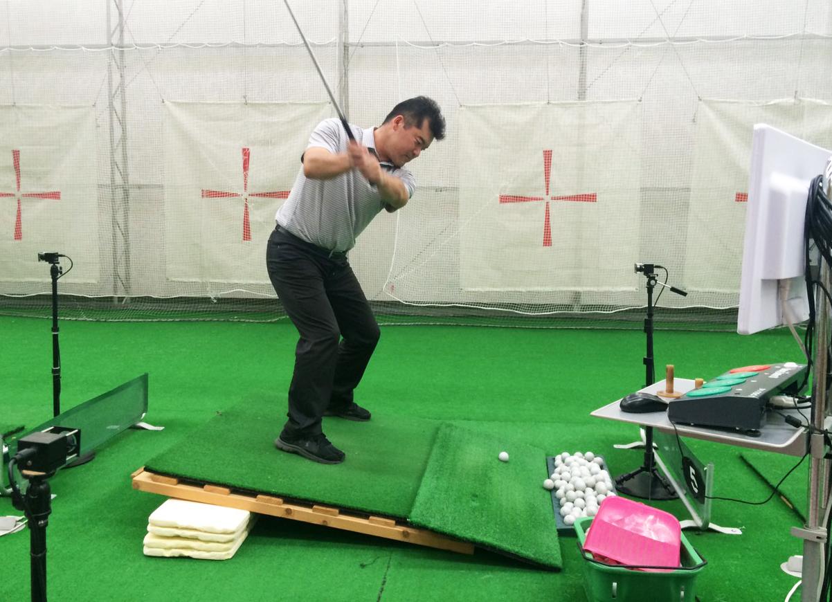 傾斜地からのショット〜つま先下がり傾斜【UGMゴルフスクール平野店】