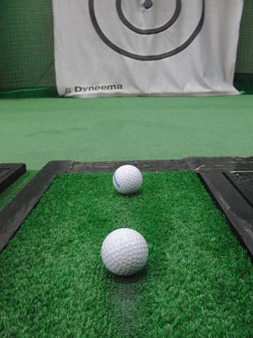打ち込む練習には練習場のマットの削れてきて箇所で!【UGMゴルフスクール世田谷店】